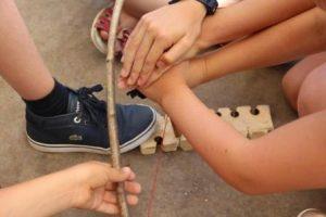 Atelier d'allumage du feu par friction avec des scolaires