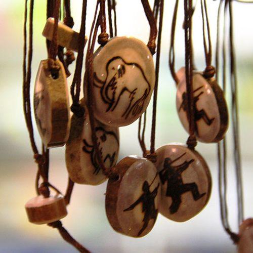 Colliers en bois de cervidés boutique du Paléosite