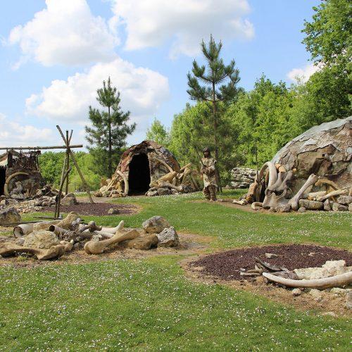 Village de Néandertal dans le pars du Paléosite