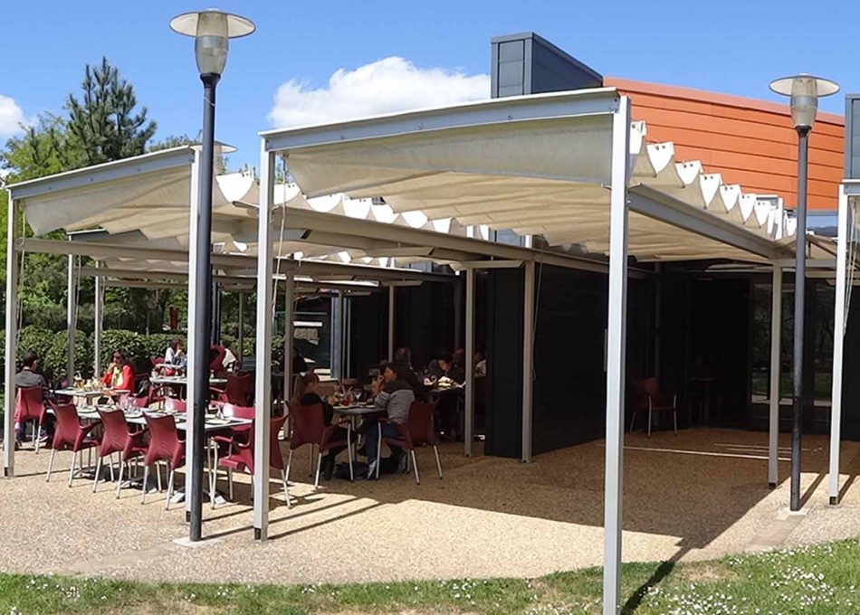 Terrasse du restaurant La Broche à Pierrot Paléosite