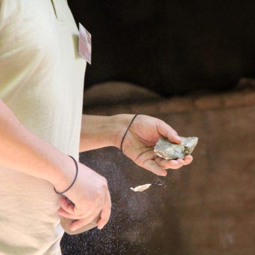 taille-silex-animation-prehistorique-paleosite-saint-cesaire-charente-maritime